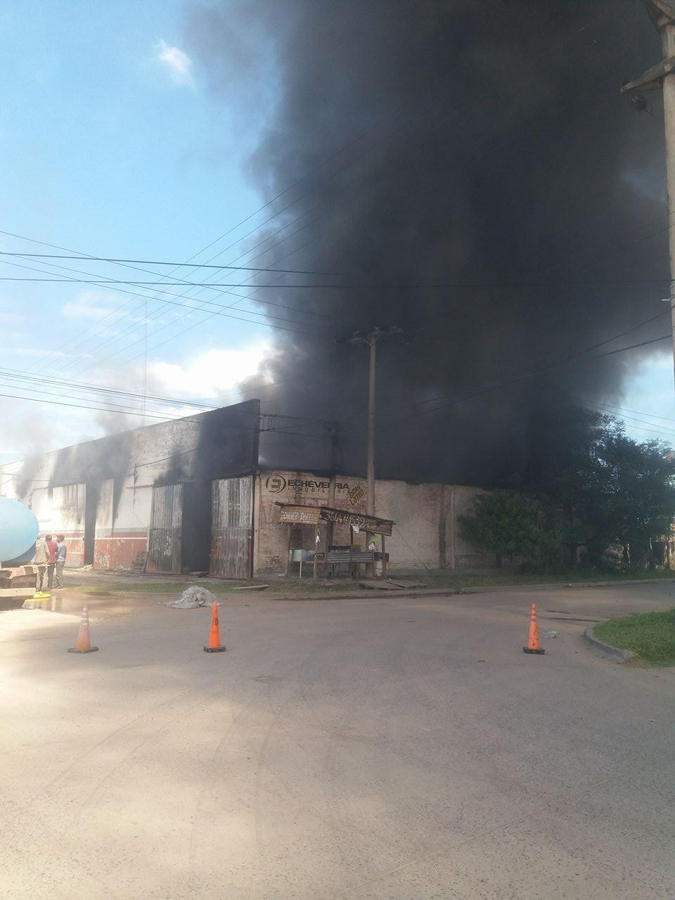 Incendio destruye depósito sobre la colectora y calle 6 del barrio San Cayetano
