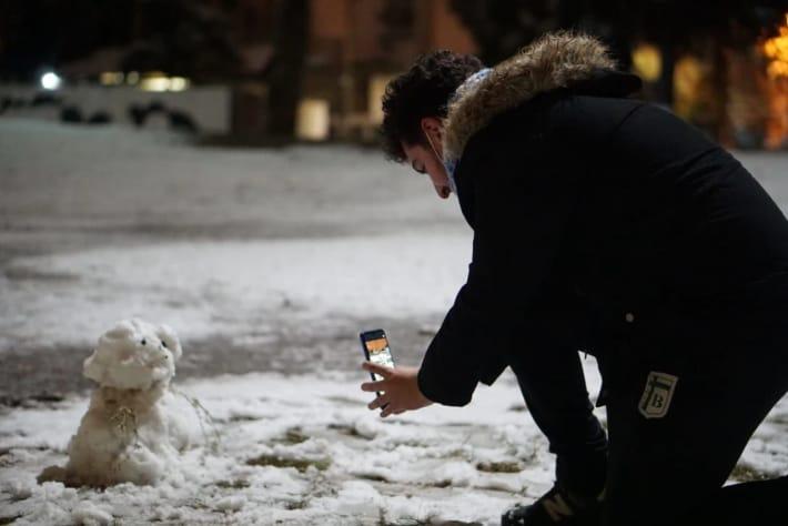 Nevó en Córdoba y pese al frío, no faltaron los románticos, los fotógrafos y los muñecos de nieve