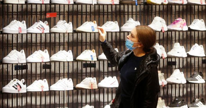 Cuántas horas de trabajo se necesitan para comprar un par de zapatillas en la Argentina y en otros países