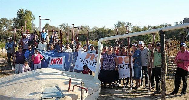 Pequeños productores construyen bombas manuales para extraer agua