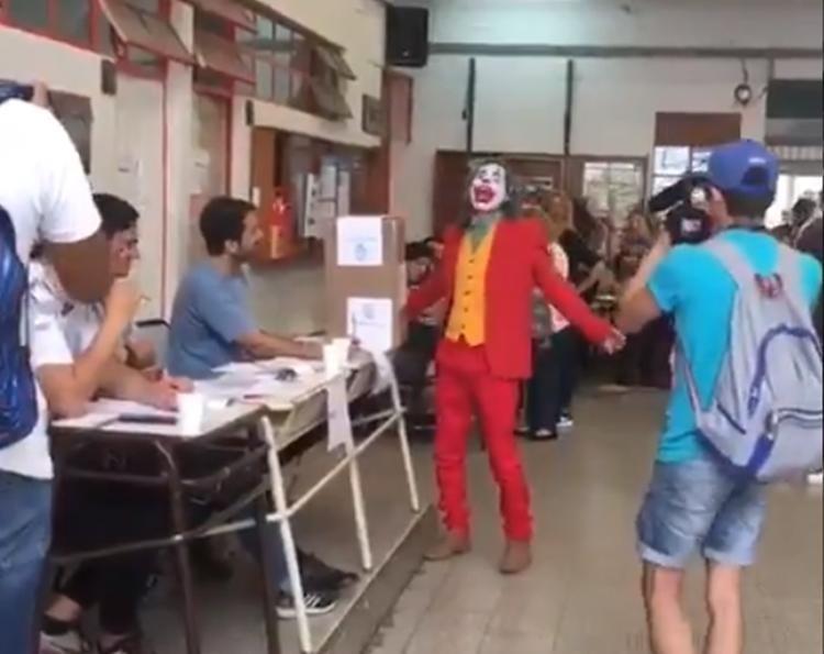 Con baile incluido: El Guasón Emitió su voto